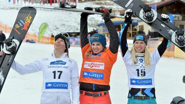 Nejlepší tři snowboardistky Švýcarka Patrizia Kummerová (uprostřed), Ester Ledecká (vlevo) a Marion Kreinerová z Rakouska.