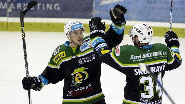 Karlovarský útočník Marcel Haščák (vlevo) přijímá gratulaci ke gólu od spoluhráče v útoku Václava Skuhravého.