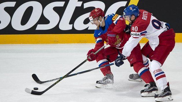 Zleva Artěmij Panarin z Ruska a český reprezentant Jan Rutta ve čtvrtfinále MS.