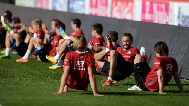 Hráči české reprezentace (druhý zprava Tomáš Sivok) během tréninku.