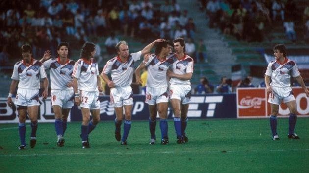 Na MS v roce 1990 v Itálii se radují zleva František Straka, Jozef Chovanec, Ivo Knoflíček, Miroslav Kadlec, Tomáš Skuhravý, Ján Kocian a Ľubomír Moravčík.