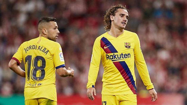 Fotbalisté Barcelonay Antoine Griezmann (vpravo) a Jordi Alba v úvodním kole španělské ligy.