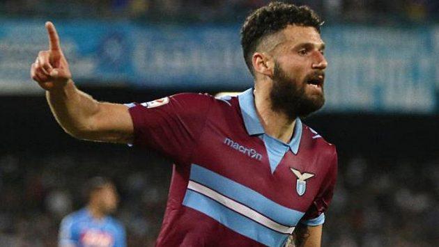 Antonio Candreva z Lazia Řím oslavuje svoji trefu v utkání proti Neapoli.