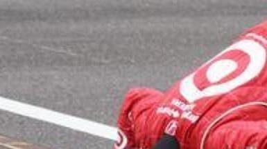 Scott Dixon symbolicky líbá proslulý cihlový pás na okruhu v Indanapolis.