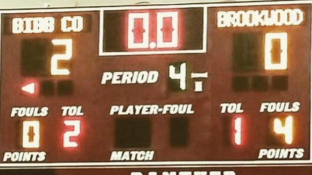 Světelná tabule po skončení basketbalového duelu mezi Bibb County a Brokwoodem.