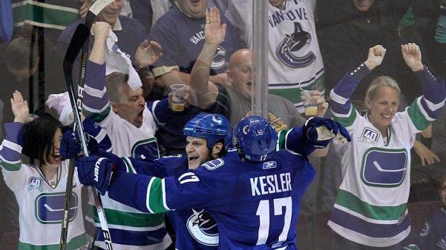 Kevin Bieksa oslavuje se spoluhráčem Keslerem svůj gól proti San Jose