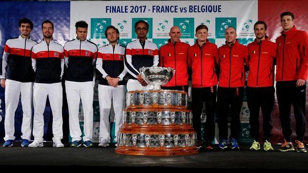 Hráči a trenéři Francie a Belgii při focení před finále Davis Cupu.