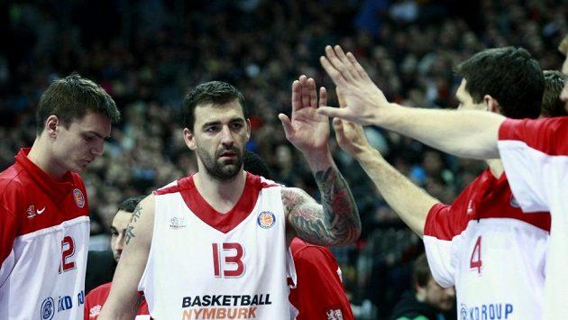 Basketbalista Nymburka Radoslav Rančík (uprostřed).