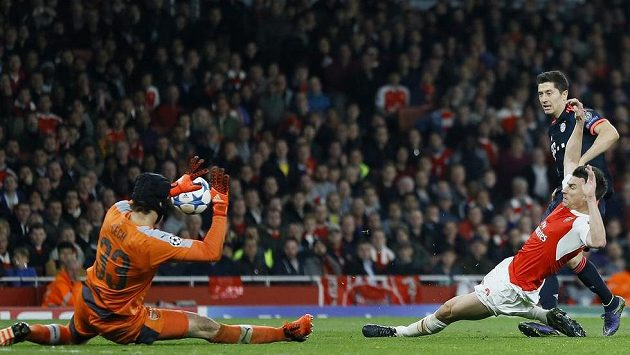 Jeden z klíčových momentů zápasu - Robert Lewandowski (vpravo) z Bayernu pálí a Petr Čech jeho střelu vyráží.