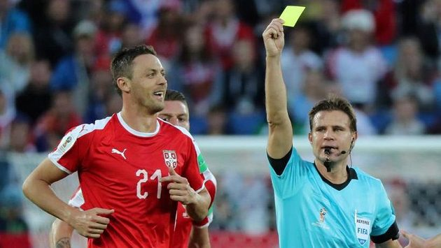 Německý sudí Felix Brych ukazuje žlutou kartu Nemanjovi Matičovi ze Srbska.