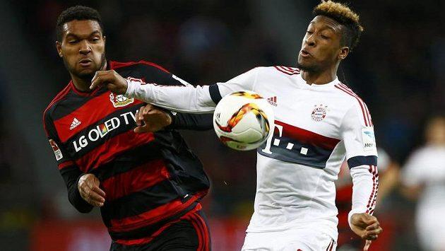 Jonathan Tah (vlevo) z Bayeru Leverkusen v souboji s Kingsleym Comanem z Bayernu.