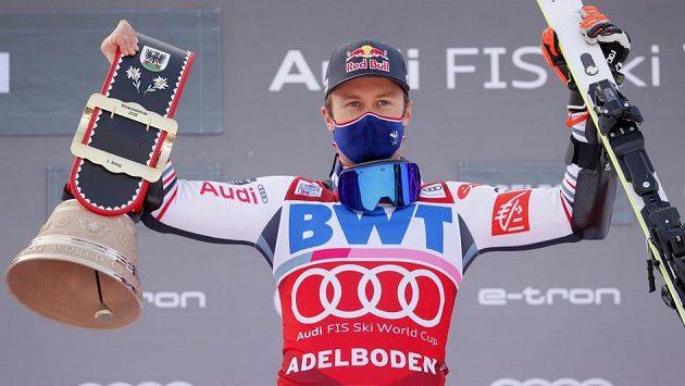 Francouz Alexis Pinturault slaví svůj triumf.
