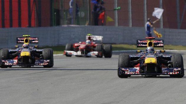 Fernando Alonso (vzadu) měl před posledním závodem sezóny k titulu nejblíž, nakonec ale slavil Sebastian Vettel z Red Bullu.
