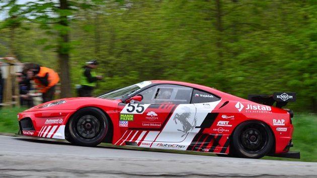 Petr Vojáček si jede pro vítězství s Ferrari 430 GT na trati Ecce Homo.