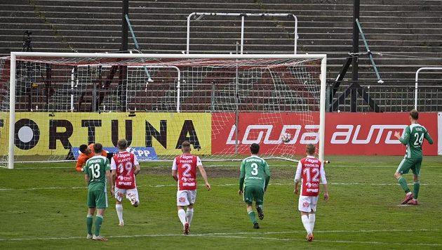 David Puškáč z Bohemians (vpravo) střílí první gól z pokutového kopu.