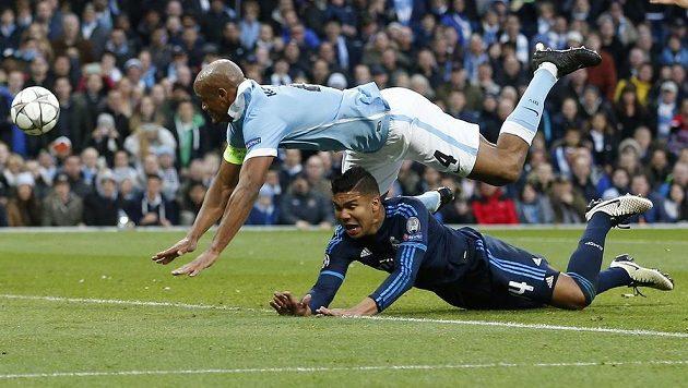 Zadák Manchesteru City Vincent Kompany (nahoře) fauluje Casemira z Realu Madrid.