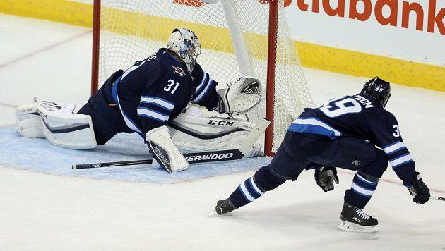 Brankář Winnipegu Ondřej Pavelec likviduje tutovku Brodziaka.
