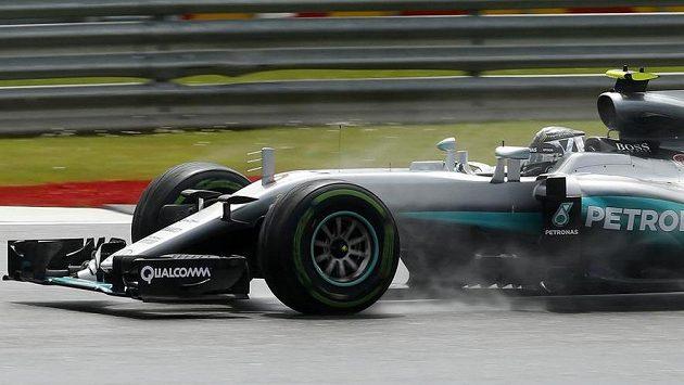 Německý pilot Nico Rosberg musel v Silverstonu komunikovat s týmem kvůli porouchané převodovce.