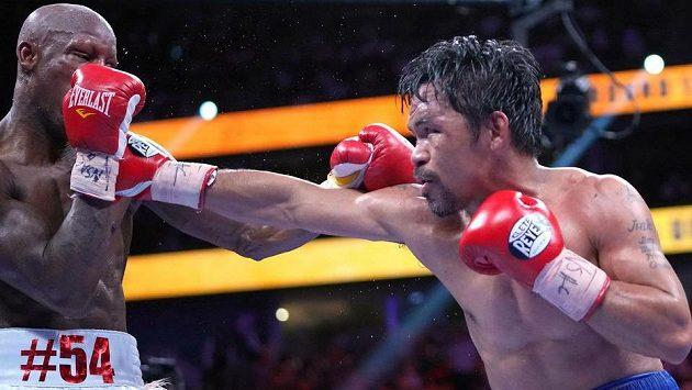 Slavný Manny Pacquiao (vpravo) v srpnovém souboji s Kubáncem Yordenisem Ugásem.