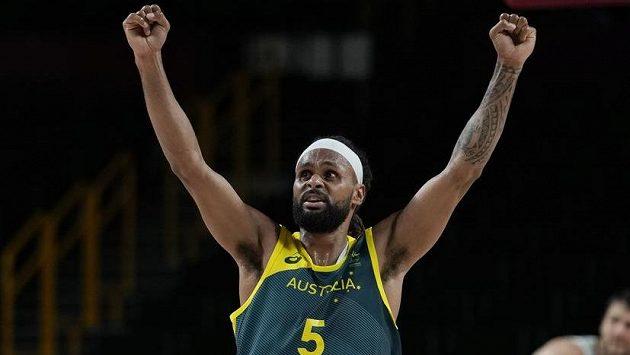 Australská basketbalová hvězda Patty Mills při olympijském zápase se Slovinskem.