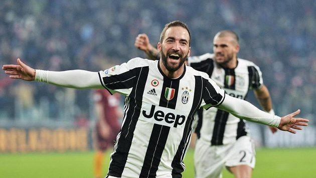 Gonzalo Higuaín z Juventusu se raduje z gólu proti AS Řím.
