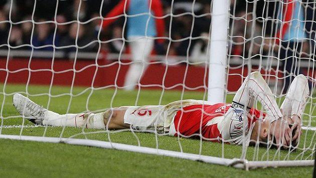 Zdrcený Laurent Koscielny z Arsenalu leží v brance Southamptonu poté, co spálil stoprocentní gólovou možnost.