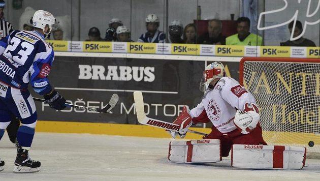 Tomáš Svoboda z Brna dal rozhodující gól v nájezdech. Vpravo je brankář Třince Šimon Hrubec.
