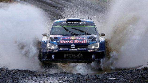 Francouzský pilot Volkswagenu Sébastien Ogier na trati Britské rallye.