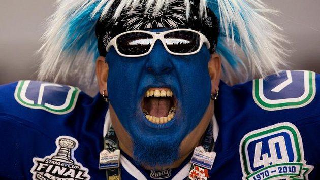 Konečně hokej! Vancouver Canucks mají fanouška, který je na start NHL připraven po všech stránkách...
