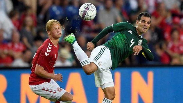 Mexický zadák Rafael Márquez (vpravo) v souboji s Kasperem Dolbergem v přípravném utkání v Dánsku.