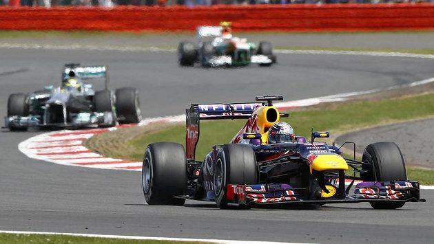 Kdo bude v příští sezóně stájovým kolegou Sebastiana Vettela?