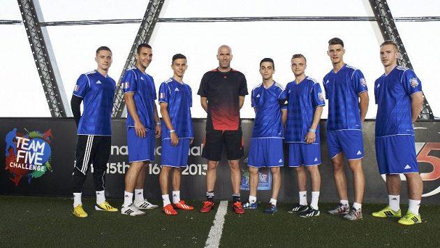 Český tým FC Hunters2dreams si nenechal ujít příležitost ke společnému snímku s legendárním Zinédinem Zidanem.