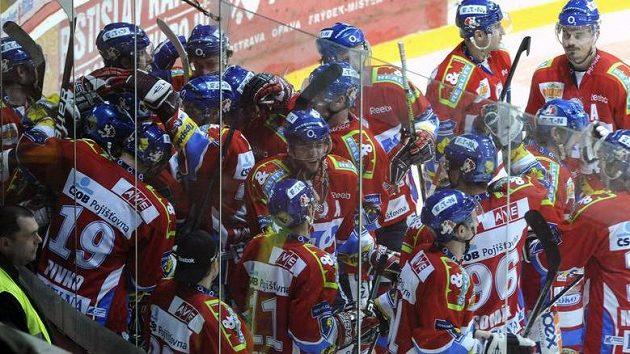 Hokejisté Pardubic se radují z vítězství v Třinci