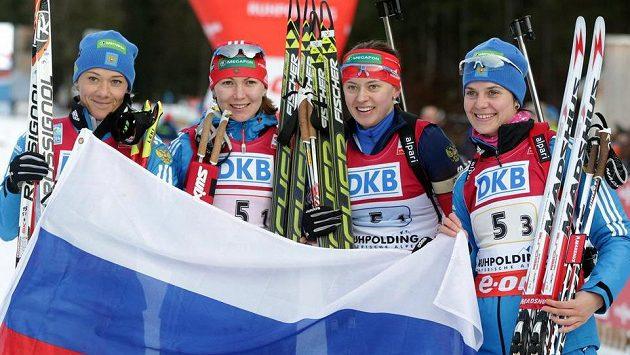 Rusky zleva Olga Zajcevová, Jekatěrina Glazyrinová, Olga Viluchinová a Irina Starychová ovládly štafetový závod žen v Ruhpoldingu.