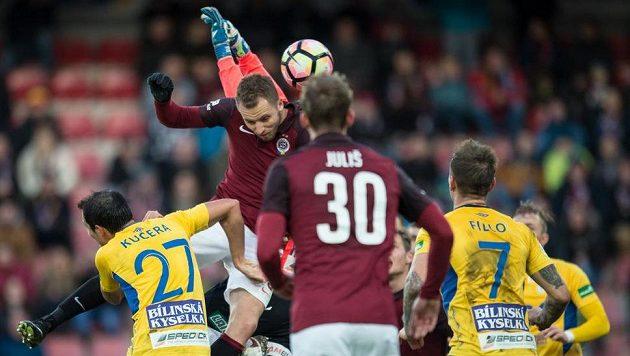 Sparťan Michal Kadlec dává gól proti Teplicím.