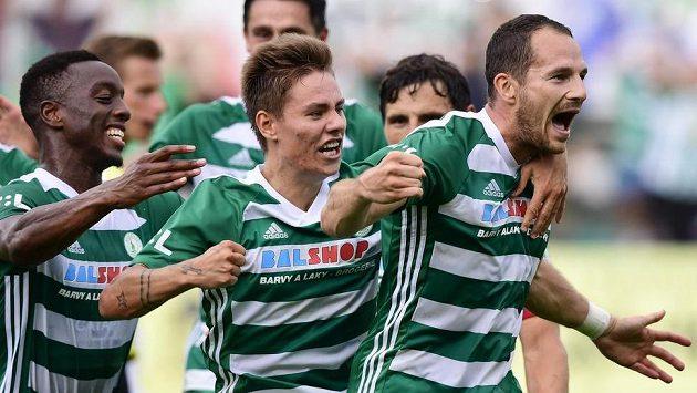 Ibrahim Keita a Jan Vodháněl (uprostřed) gratulují střelci druhého gólu Bohemians Jakubovi Podanému (vpravo).