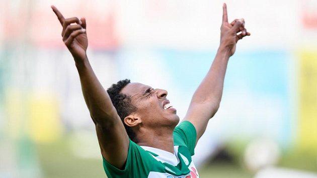Jhon Mosquera z Bohemians oslavuje svůj druhý gól během utkání ve skupině o Evropu se Slováckem. Ilustrační foto.
