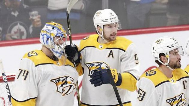 Hokejisté Nashvillu Predators Juuse Saros (vlevo), Filip Forsberg (uprostřed) a kapitán Roman Josi (vpravo) během utkání NHL (ilustrační foto)