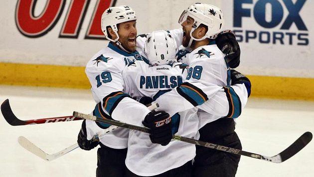 Hokejisté San Jose Sharks zleva Joe Thornton, Joe Pavelski a Brent Burns se radují z gólu proti Anaheimu.