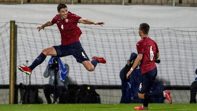 Zleva Adam Gabriel a Michal Fukala se radují z druhého gólu proti Kosovu.