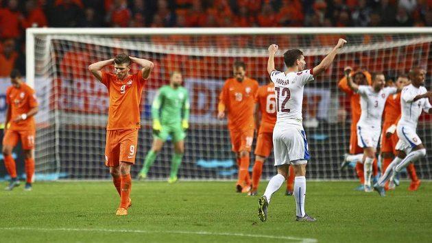 Čeští fotbalisté slaví vítězství v Nizozemsku i prvenství v kvalifikační skupině o postup na ME 2016.