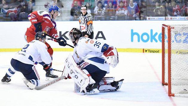 Dmitrij Jaškin střílí vítězný gól českého týmu v utkání s Finskem v Pardubicích v rámci Carlson Hockey Games.