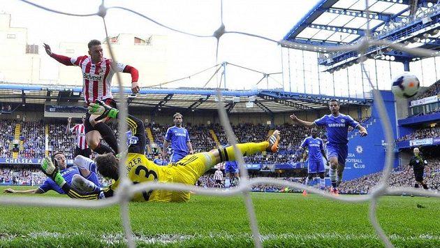 Sunderlandský Connor Wickham (druhý zleva) vyrovnává na Chelsea na 1:1.