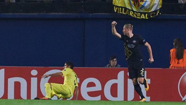Obránce Osmanlisporu Václav Procházka slaví gól v síti Villarrealu, na němž se podílel přihrávkou.