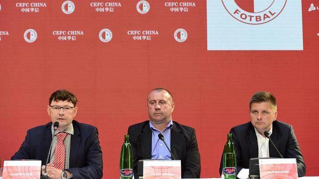 Nový generální ředitel fotbalistů Slavie Martin Krob (vlevo), sportovní ředitel Josef Jinoch a vpravo trenér Dušan Uhrin.