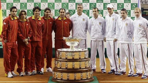 Španělský daviscupový tým (vlevo) a čeští reprezentanti před Salátovu mísou. Ilustrační foto.