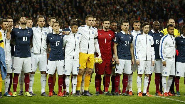 Gesto jednoty. Fotbalisté Anglie a Francie před přátelským zápasem ve Wembley.