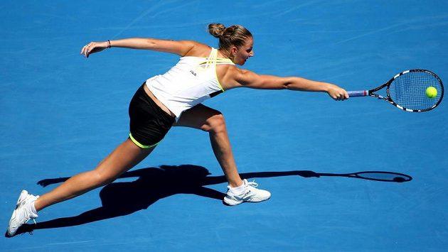 Karolína Plíšková se natahuje po míčku v úvodním kole Australian Open.