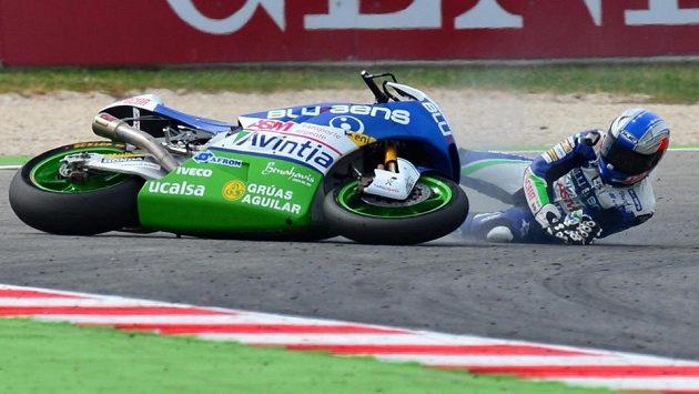 Pád španělského závodníka Áleca Mariňelareny.