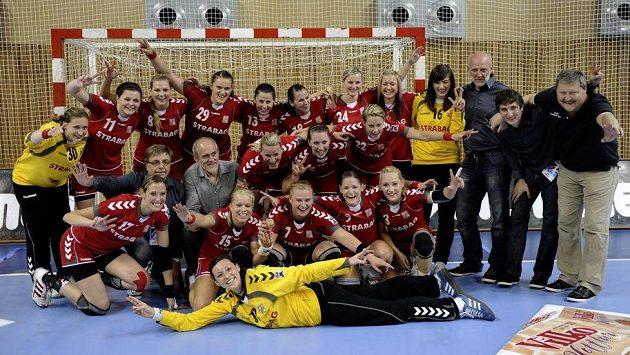 České házenkářky pózují po vítězném zápase s Islandem a postupu na MS